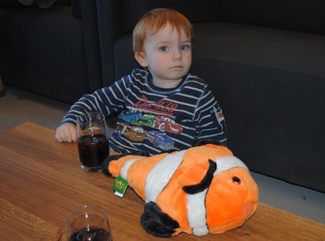 Fisken lå på bordet mens vi spiste, men ellers havde Marcus den under armen hele dagen :)